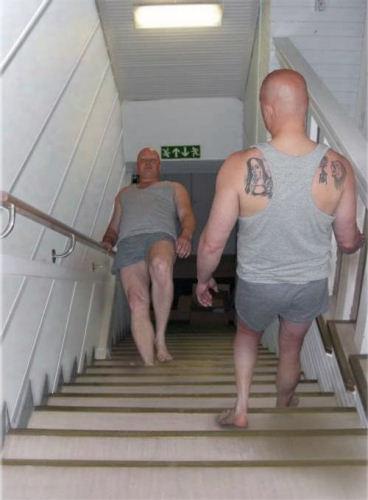 photo image homme escalier illusion optique humour insolite