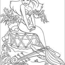 Coloriage d'Ariel entourée de cadeaux - Coloriage - Coloriage DISNEY - Coloriage LA PETITE SIRENE