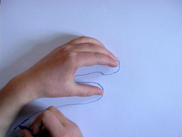Enlève ta main et termine le tracé avec ton crayon