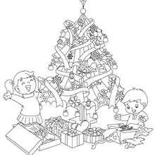 Sapin de Noël cadeaux des enfants à colorier - Coloriage - Coloriage FETES - Coloriage NOEL - Coloriage SAPIN DE NOEL - Coloriage SAPIN DE NOEL DECORE