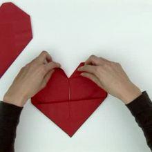 Origami : Pliage de serviette en papier en forme de coeur