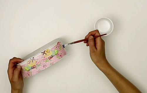 Appliquer de la colle au pinceau