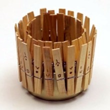 Pot à crayon avec des pinces à linge