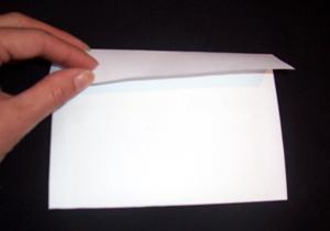 Intérieur de l'enveloppe puis à rabattre le haut pour la fermer